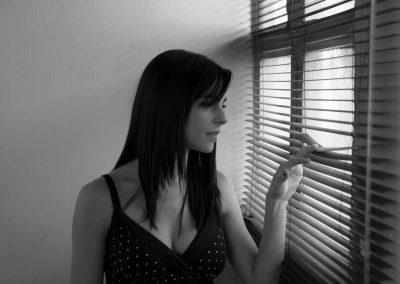 Mayte Alguacil mira por la ventana