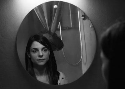 Mayte Alguacil sesion mirando al espejo byn