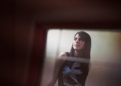 Mayte Alguacil sesion reflejo espejo en color con filtro